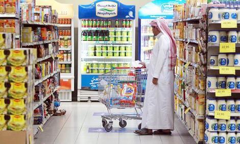 A Saudi man shops at a supermarket in Jeddah. (AN photo by Khaled Al-Khamees)
