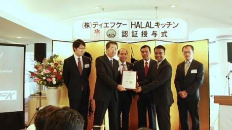 Certificate presentation ceremony where CEO Warees Investments Zaini Osman presents the halal certificate to TFK President Makoto Fukada, witnessed by TFK-Sats Executive Vice President Wong Chee Meng and Muis Chief Executive Haji Abdul Razak Maricar. -- PHOTO: MUIS